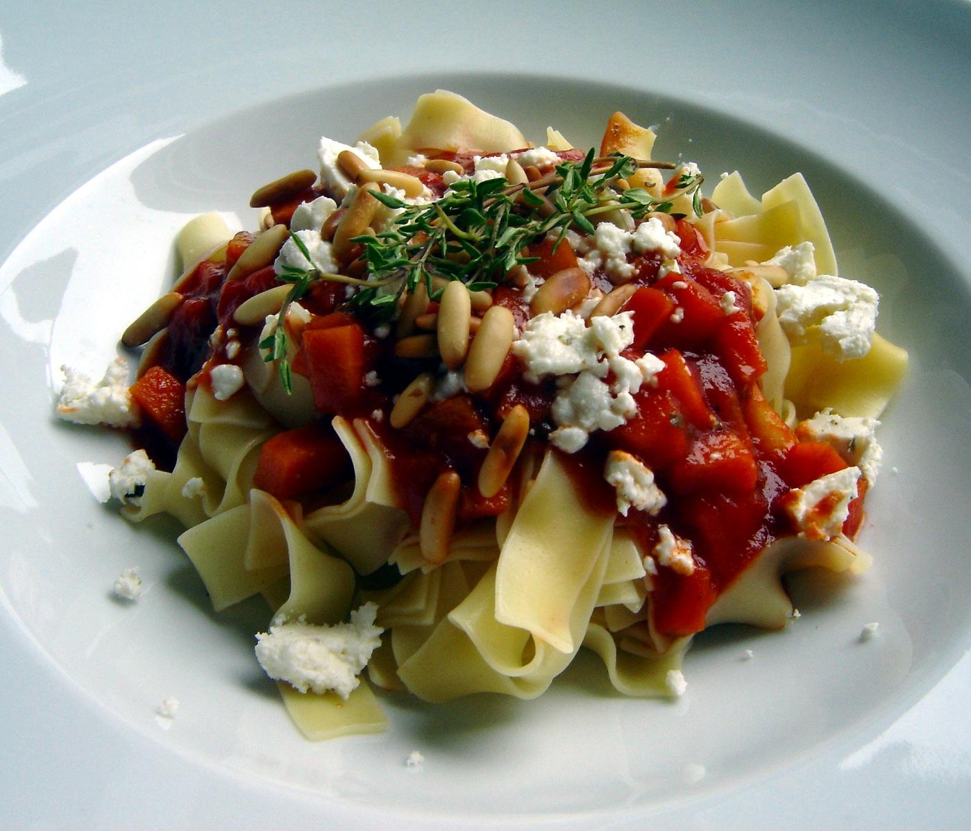 bandnudeln auf m hren tomaten sauce mit feta und pinienkernen essen und trinken. Black Bedroom Furniture Sets. Home Design Ideas