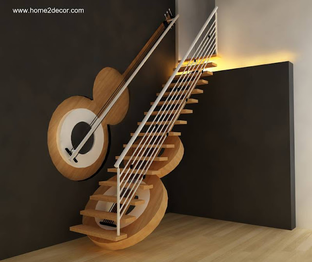 Escalera interior con dos guitarras de fantasía decorativa