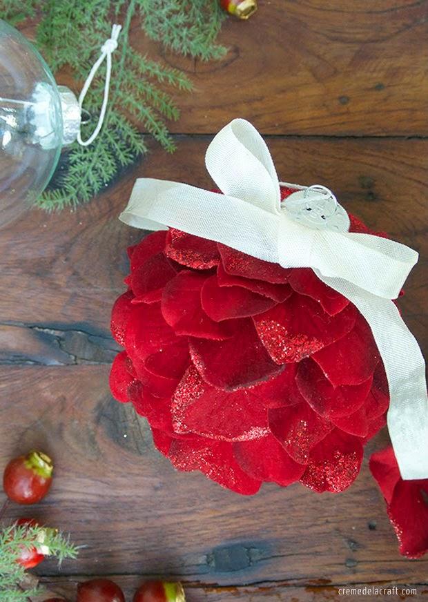 C mo hacer esferas de navidad con flores artificiales for Como hacer adornos con plantas artificiales