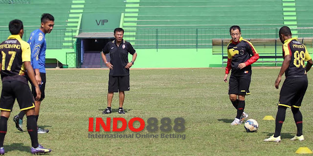 Benny Dollo saat latihan bersama dengan anak asuhnya - Indo888News