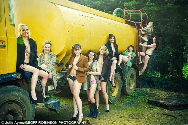 مجموعة من النساء من عمر 19 إلى 50 في صور شبه عارية لجمع التبرعات