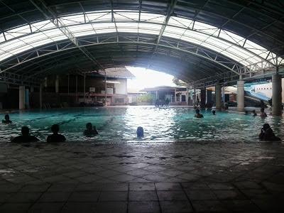 Cewek Cantik Renang di Hotel Sendang Sari Batang