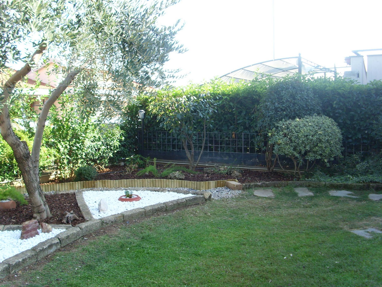 Simple i giardini di carlo e letizia giardino di michela e for Aiuole con sassi bianchi