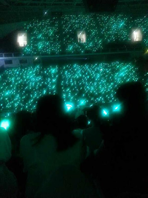 sea of pearlescent sky blue at shinee's 5th anniversary party