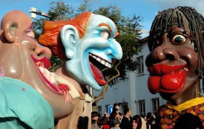 Cabeçudos e mascarados de Torres Vedras manifestam-se frente à residência do PM