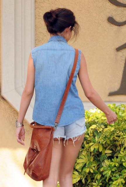 Selena Gomez Dengan Pakaian Yang Fail