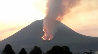 Gunung Lokon Sulawesi Utara terbakar