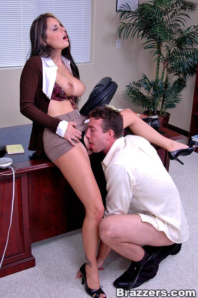 Девки в офисе заставили парня
