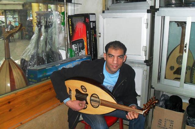 Продавец музыкальных инструментов в Каире