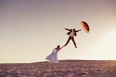 Свадебное фото: без меня ты никуда не улетишь