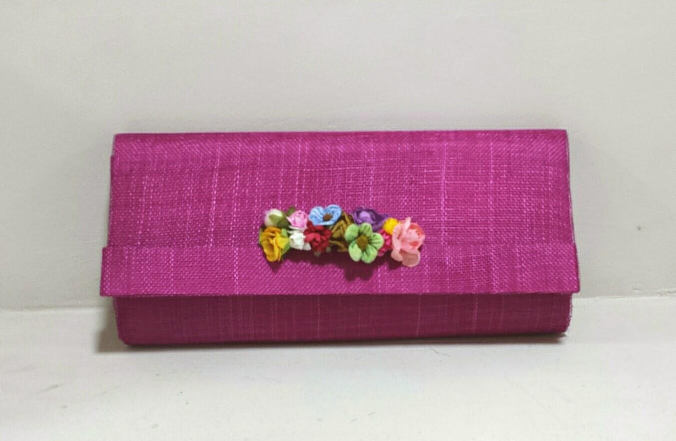 Cartera de sinamay hecha a mano adornada con flores
