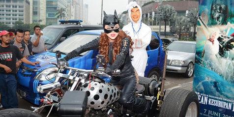 Promo Film Baru Dewi Persik (Depe) Pakai Kostum Cat Woman Sexy, Promo Film Baru, Dewi Persik Depe Pakai Kostum Cat Woman Sambil Naik Moge, Berita Film Baru Depe, Dewi Persik Cat Women, Cat Women Dewi Persik