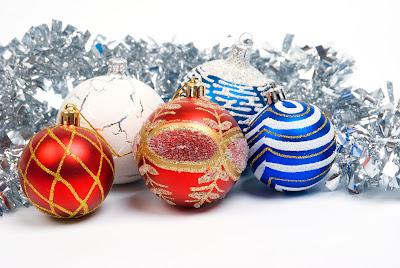 Postal de Navidad com esferas de colores y escarcha
