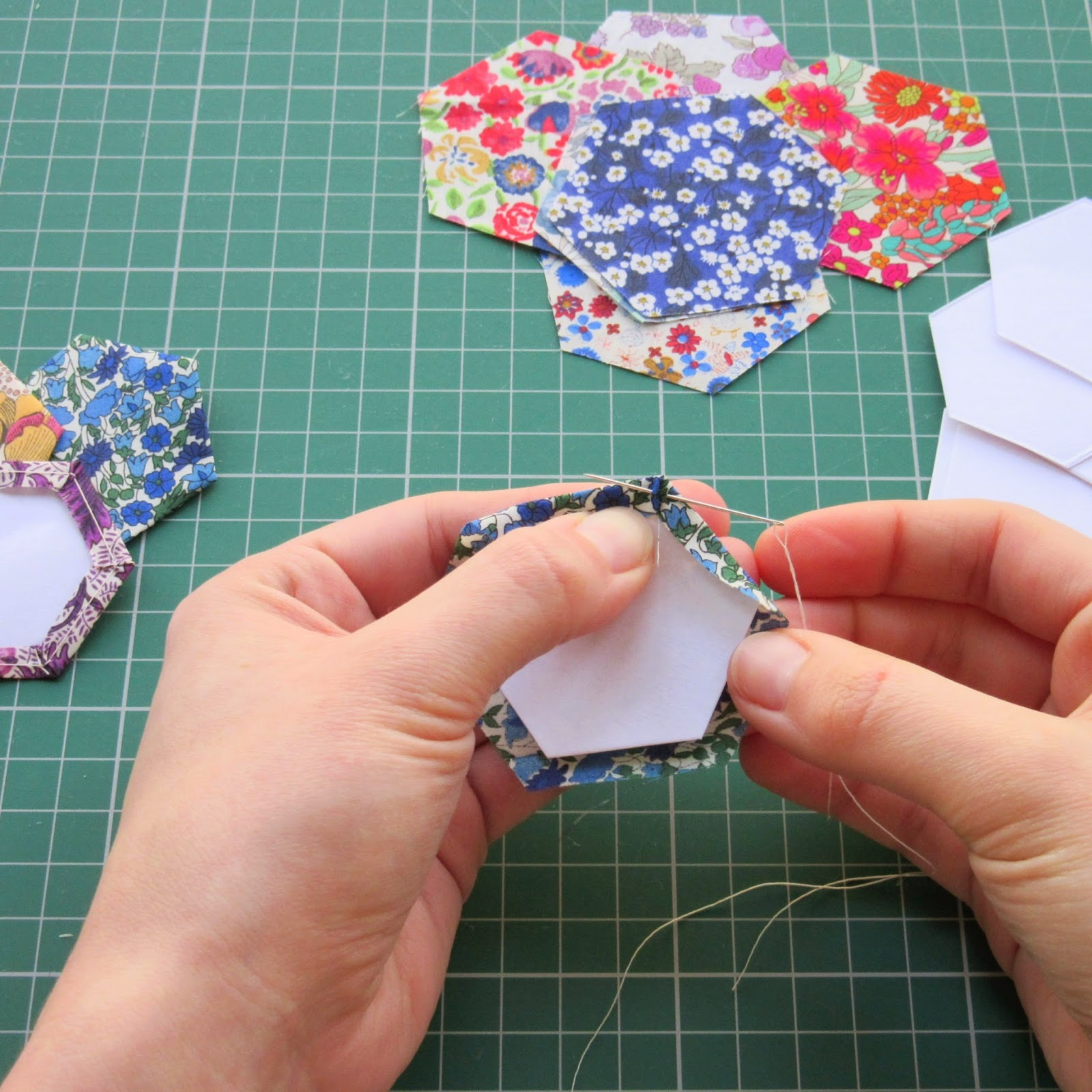 Hexie Paper Piecing - My method for invisible stitches http://www.stokescroftstitching.blogspot.co.uk