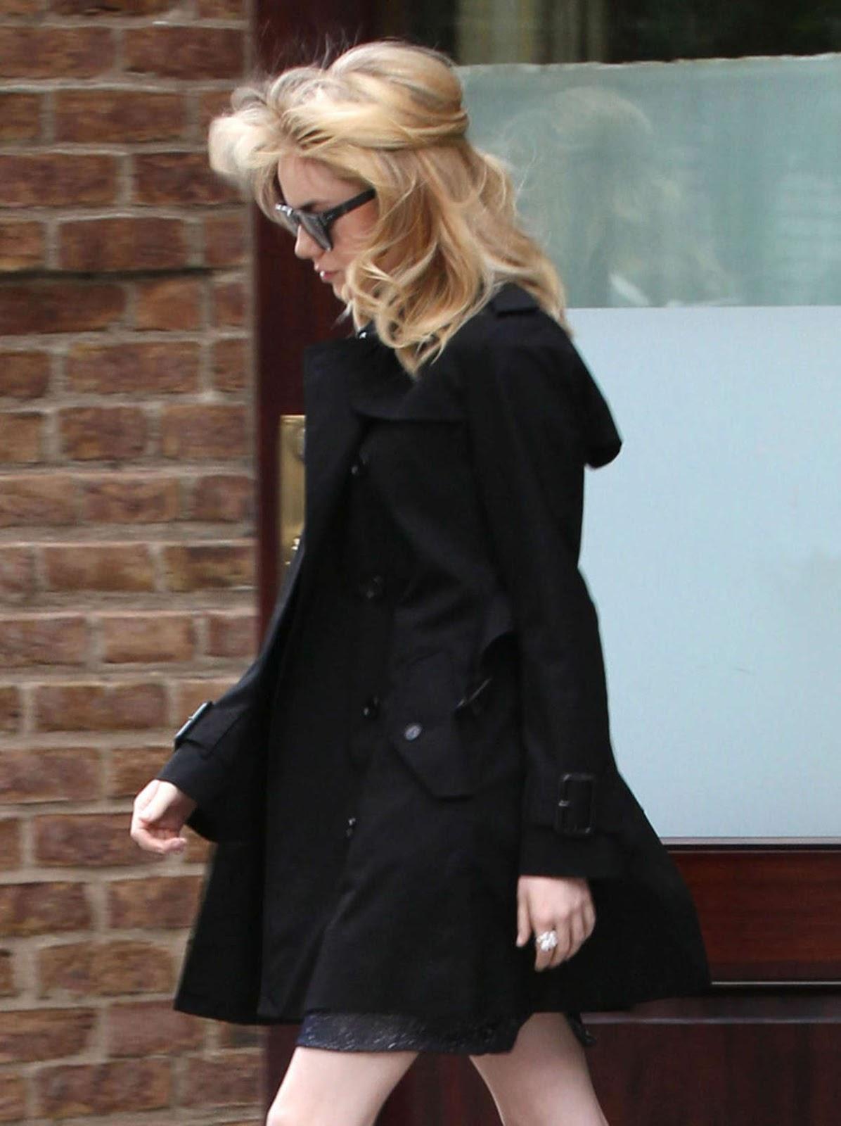 http://1.bp.blogspot.com/-qdxq7nN52TY/T-3IMSAfqlI/AAAAAAAAHxU/aIMqmP_8Txs/s1600/Emma+Stone+Candids+-+Leaving+Her+Hotel+In+New+York+05.jpg
