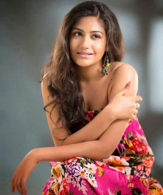 Foto Cantiknya Surbhi Chandna