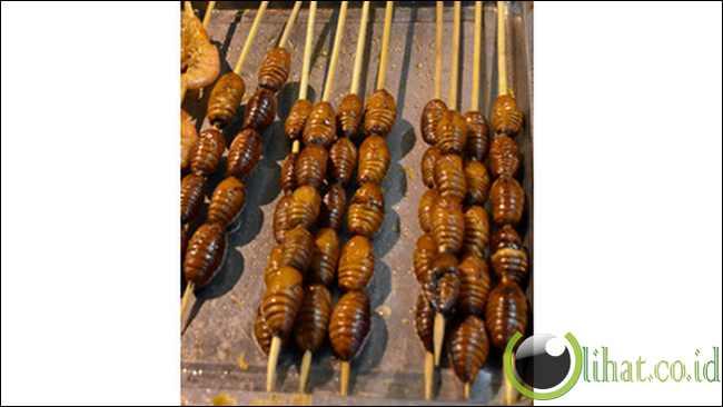 Sate ulat sutera di Donghuamen Night Market