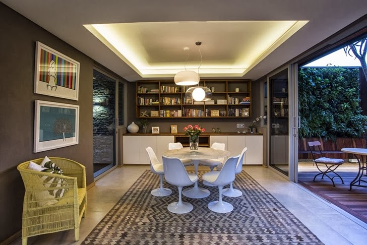 Round table in Modern Mansion by Metropole Architects