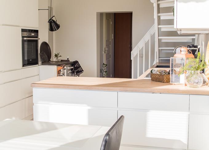 valkoinen keittiö, vanha puutalo, puuliesi modernissa keittiössä, kvik mano keittiö, keittiöinspiraatiota, valkotammitaso keittiössä, puuliesi uudessa talossa, alkuperäinen puuliesi, valkoinen vetimetön keittiö