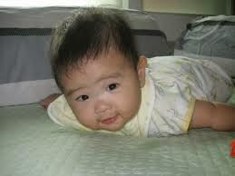 foto bayi perempuan belajar tengkurap