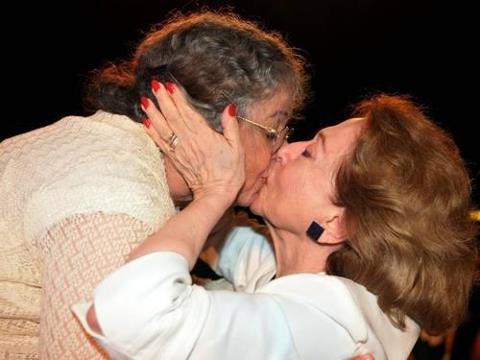 Fernanda Montenegro e Camila Amado se beijam em protesto contra Marco Feliciano (Foto: Cristina Granato/Divulgação)