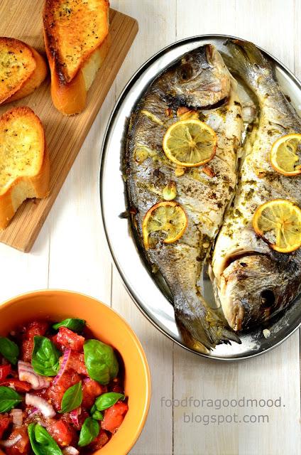 Tym razem czas na rybę i to nie byle jaką, bo Doradę królewską, która podobno była ulubiona rybą starożytnych Rzymian. Świetna z piekarnika, ale równie wyśmienita z grilla. Jako dodatek orzeźwiająca pomidorowa salsa i domowe grzanki czosnkowe. Pysznie, prosto, a zarazem wykwintnie. Sezon grillowy w pełni, zatem kto się skusi?