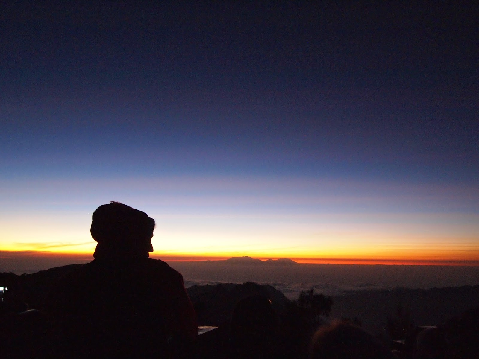 Foto ini diambil di gunung Pananjakan pada area Bromo Tengger Semeru, tempat ini merupakan lokasi terbaik untuk melihat Sunrise dengan latar belakang gunung Bromo.