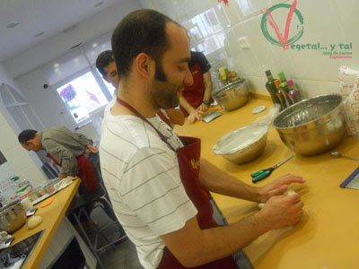 Andrés muestra de forma práctica como amasar.