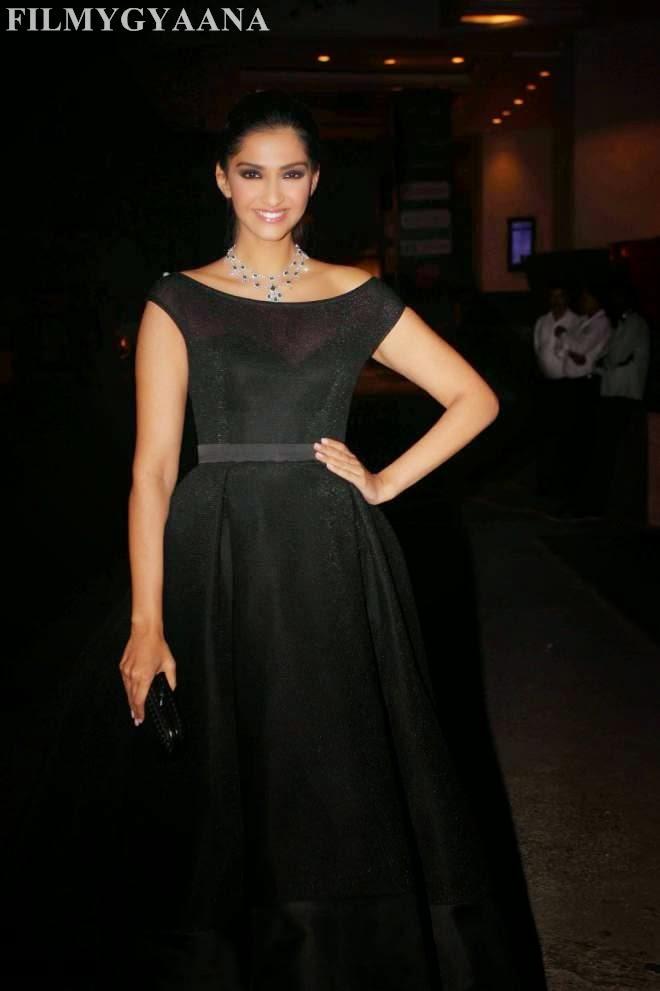 sonam kapoor looks hot in black dress