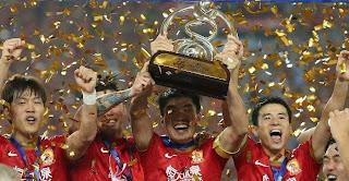 Los jugadores del equipo chino, celebrando el título. Esta noche sí que nadie les va a impedir que se vayan de marcha.