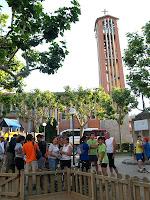 Plaça Sant Antoni Maria Claret i campanar de l'església de Santa Maria