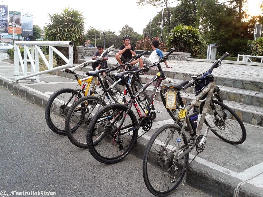 Sepedanya diparkirkan dulu agar rapi