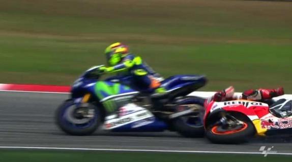 Akibat tolak Marc Marquez, Valentino Rossi dikenakan penalti