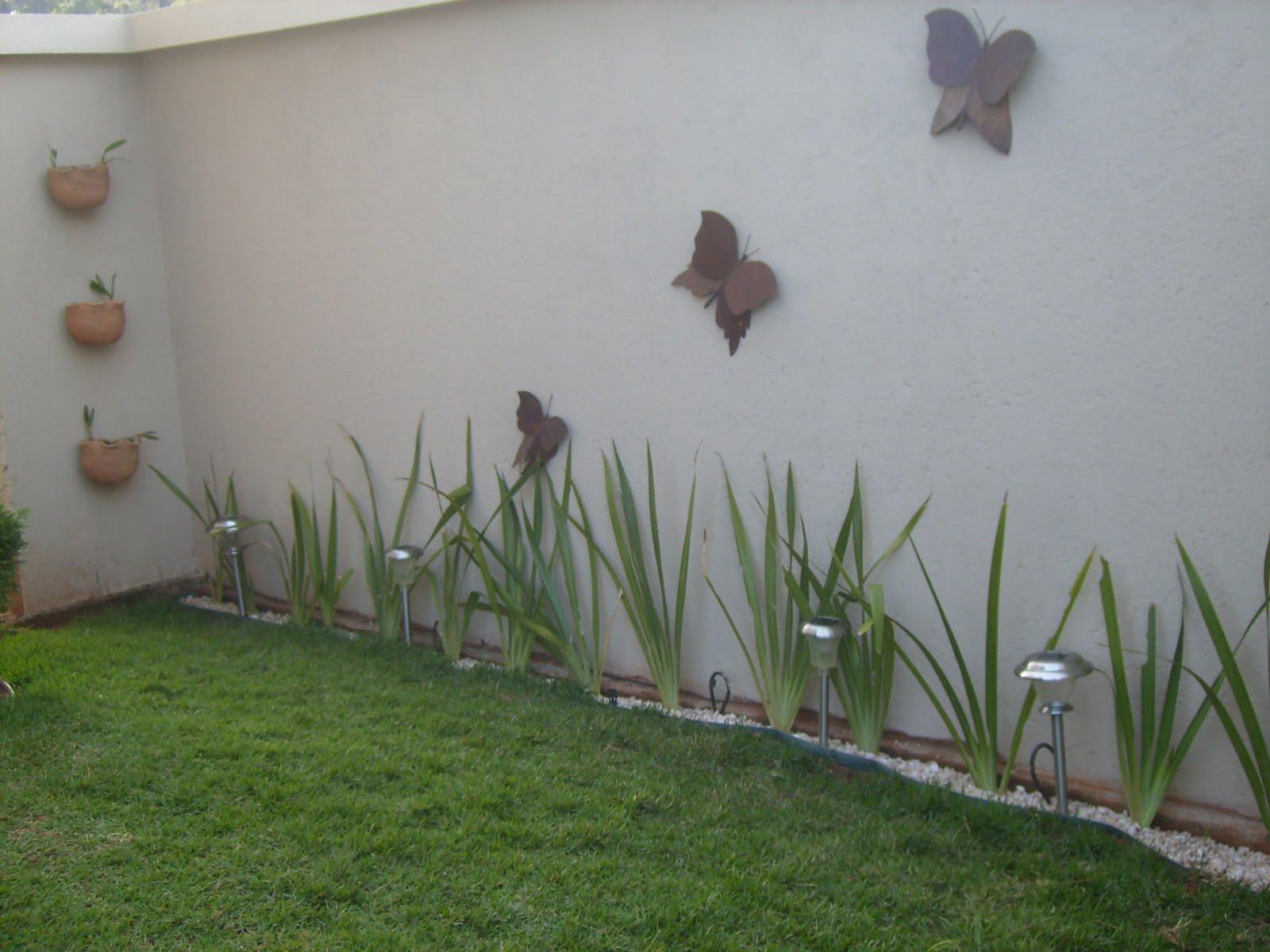 Luciana Tavares Paisagismo: Jardim margeando muros