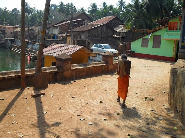 Улица в Гокарне. Монах