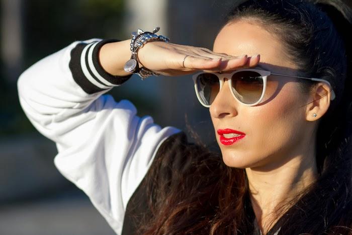 Blogger Withorwithoutshoes con pulsera de Uno de 50, gafas de sol Ray Ban Erika y chaqueta beisbolera