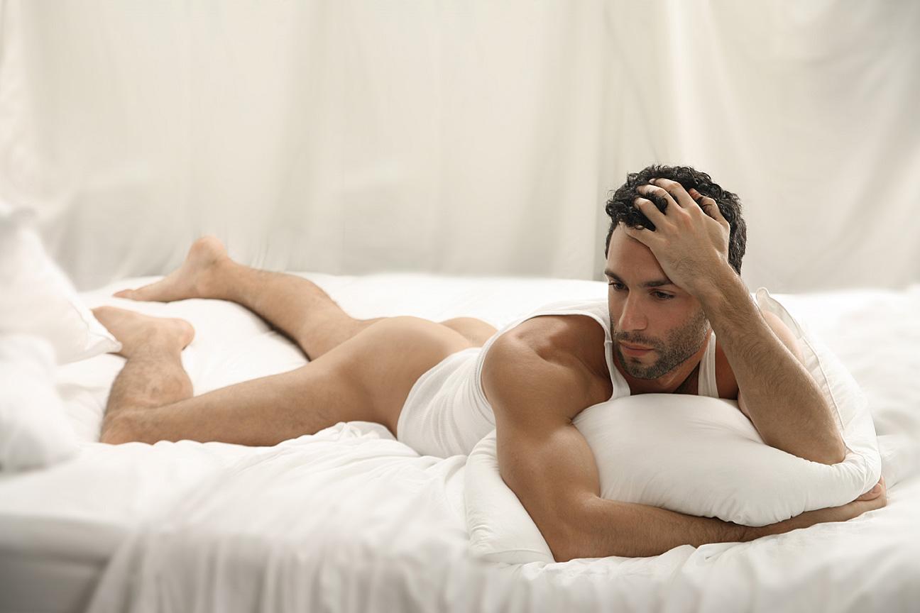 Прелестная мысль голые мужики на кровати это забавная
