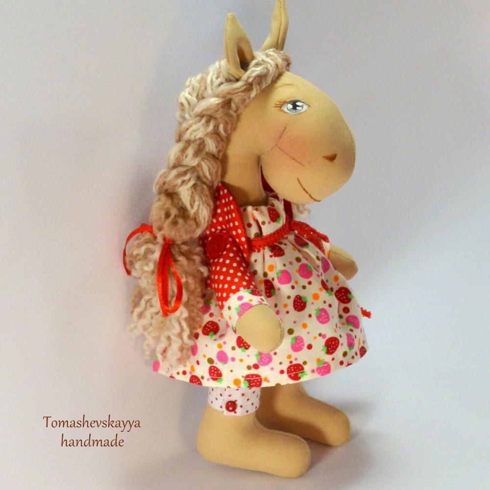 Текстильная лошадка. Лошадка Коннэ. Картинка лошадка мультяшная.