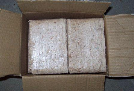 Kostki brykietu w kartonowym pudełku