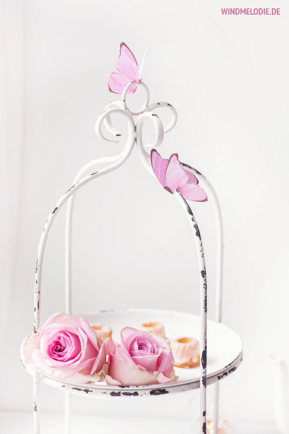 Weiße Etagere rosa rosen Schmetterline aus Papier basteln