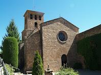 La façana sud-oest de l'església de Santa Maria de l'Estany