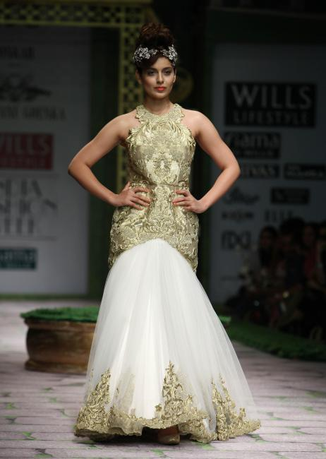 kangana ranaut walks at spring-summer 2012 hot images