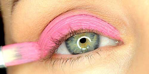 chica maquillandose el ojo muy de cerca