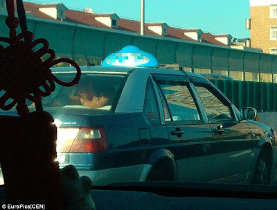 Casal Chinês apanhado a fazer sexo dentro dum táxiCasal Chinês apanhado a fazer sexo dentro dum táxi