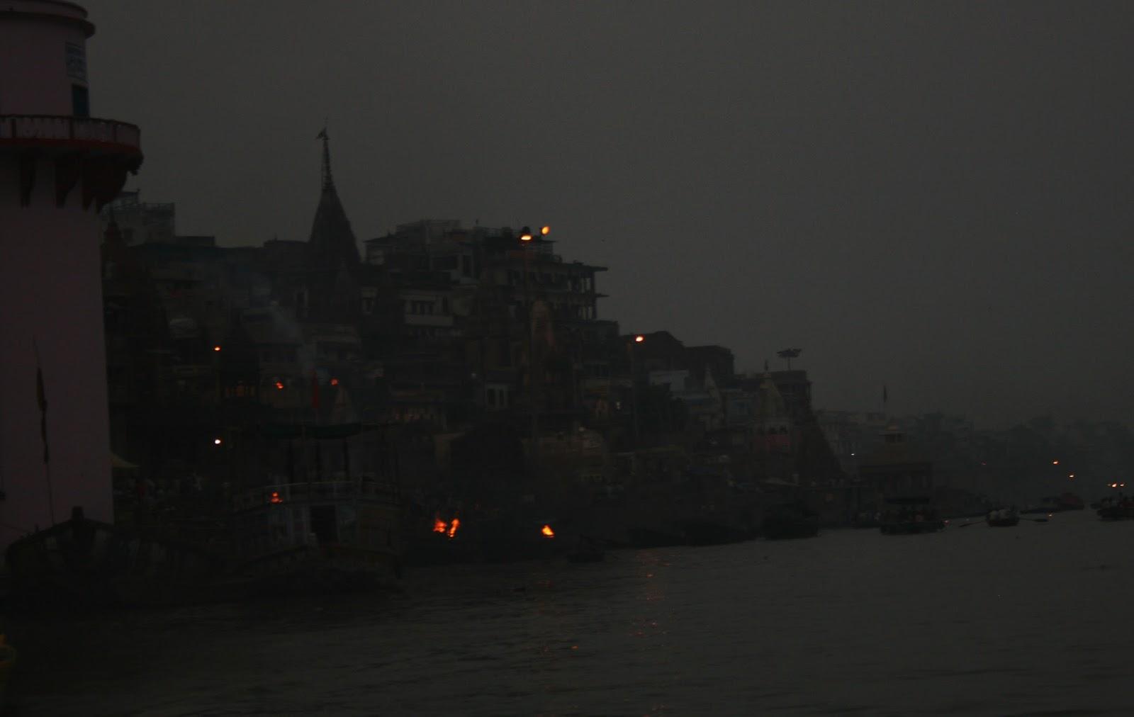 Viaje a India: cremaciones frente al rio Ganges en Varanasi (Benares)