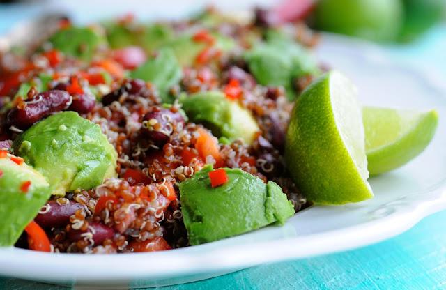 Rød quinoasalat med bønner & avocado