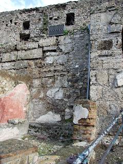 Puerta Marina   - Muro con banco de piedra y restos de pintura a la izquierda de la puerta