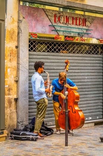 με μουσικές νότες.... λέμε Καλημέρα στους περαστικούς