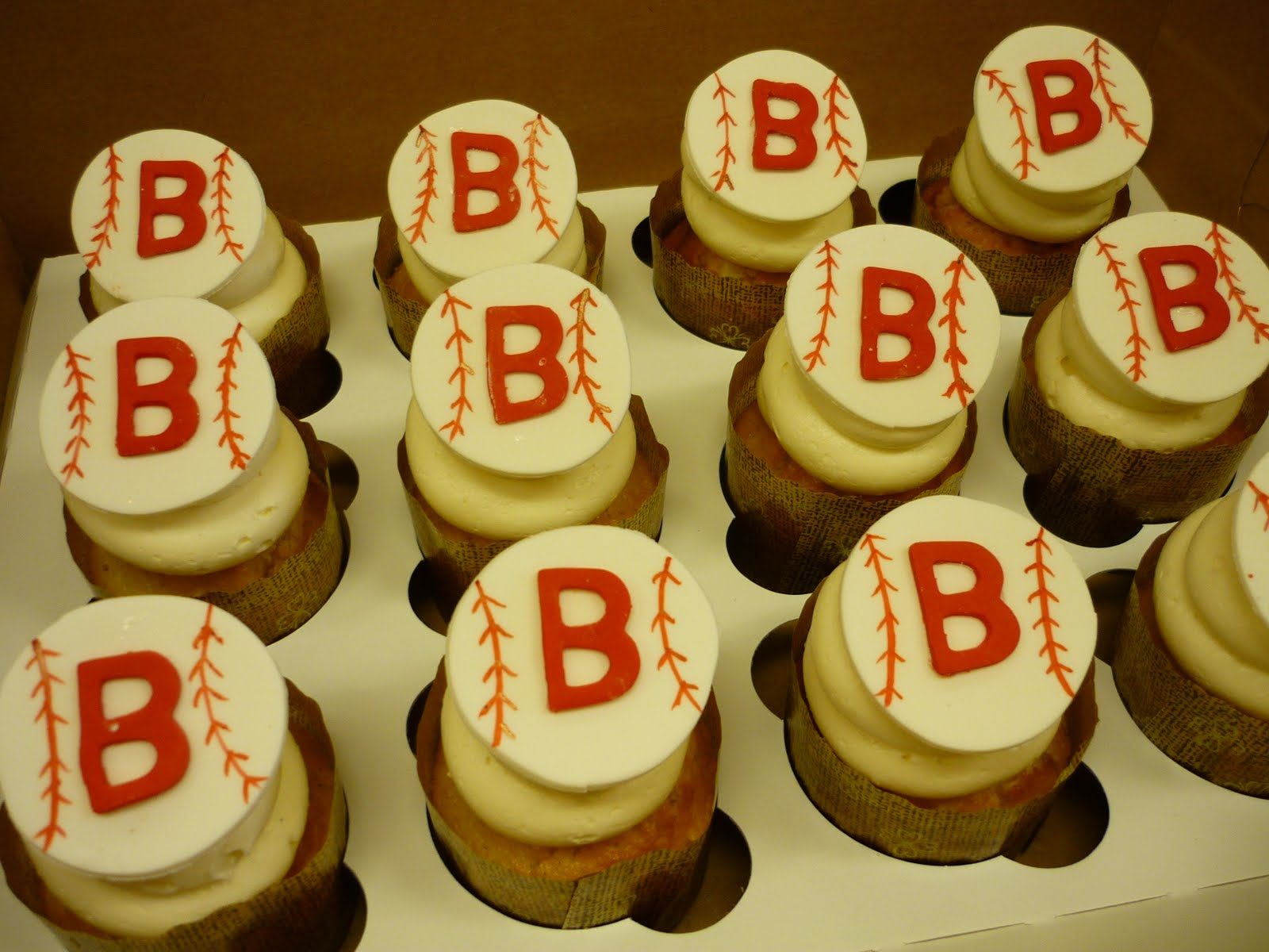 http://1.bp.blogspot.com/-qkeEvC0dtpw/TbWmYF2cKGI/AAAAAAAABLA/kRfb8ydP9Xs/s1600/Boston%25252BRed%25252BSox%25252BBaseball%25252BCupcakes.JPG