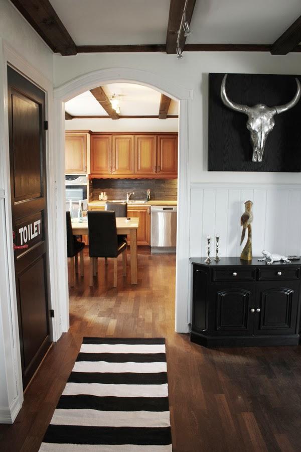 bild på före renovering i hallen, svart och vit hall, svarta målade dörrar